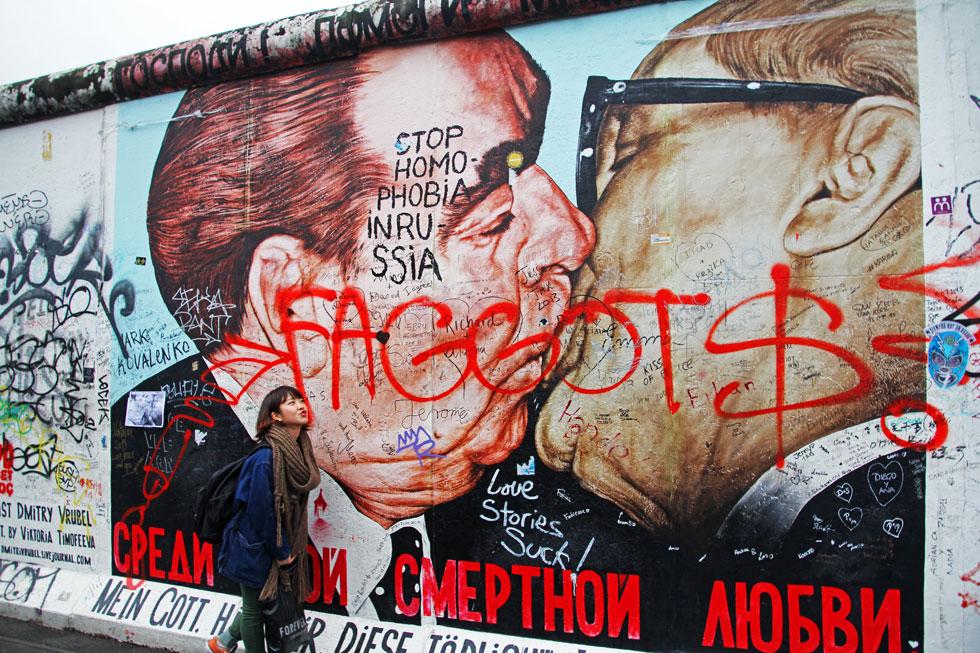 Honecker-Brezhnev-kiss-berl