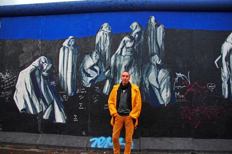 yellow-man-blue-berlin-wall