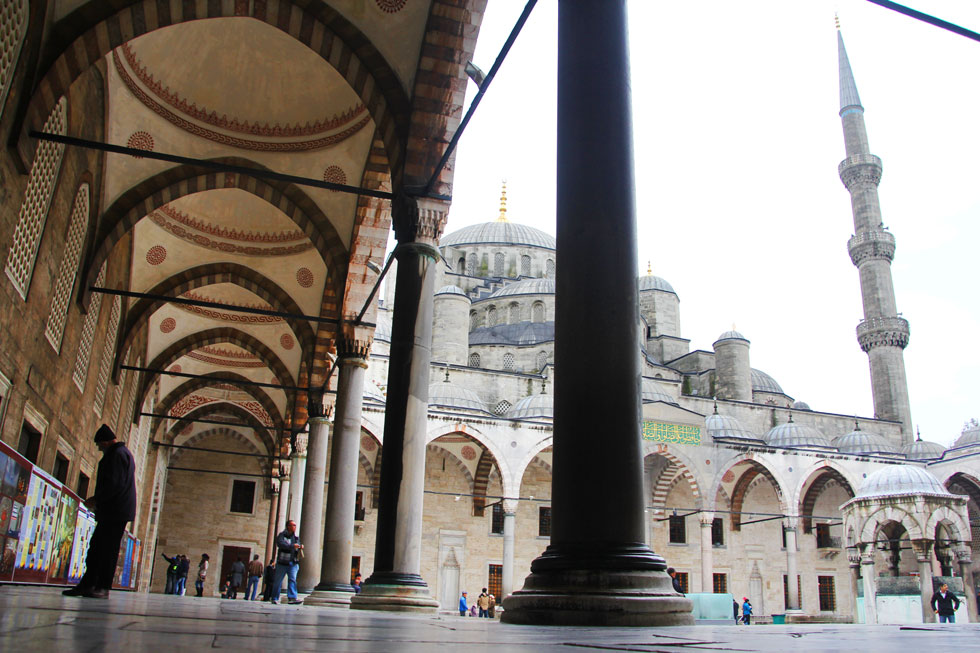 blue-mosque-courtyard-view-